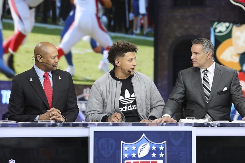 Patrick Mahomes chats with NFL Hall of Famer Kurt Warner