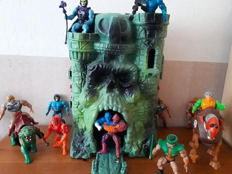 Masters of the Universe Castle Grayskull with action figures