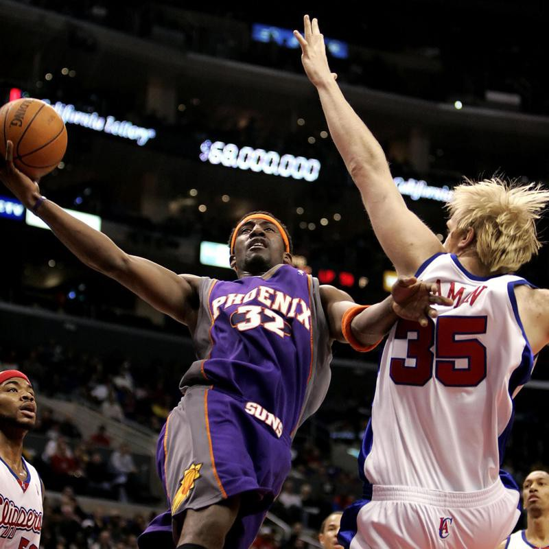Amare Stoudemire drives to basket