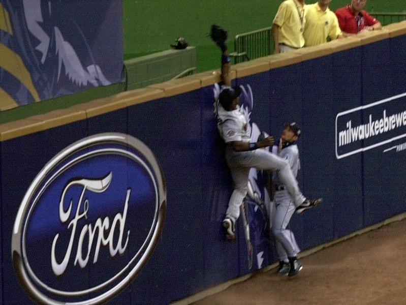 Torii Hunter of the Minnesota Twins robs Barry Bonds of the San Francisco Giants