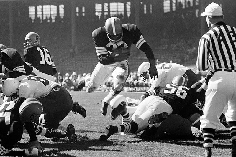 Jim Brown scores a touchdown with the Cleveland Browns
