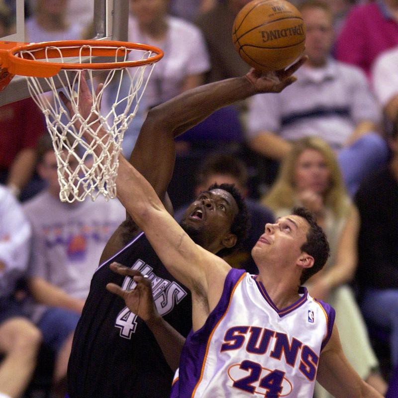 Phoenix Suns' Tom Gugliotta defends
