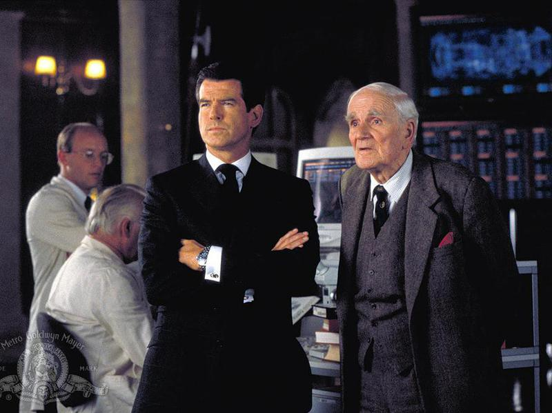 Pierce Brosnan and Desmond Llewelyn in The World Is Not Enough (1999)