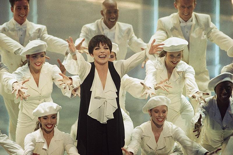 Liza Minelli performing