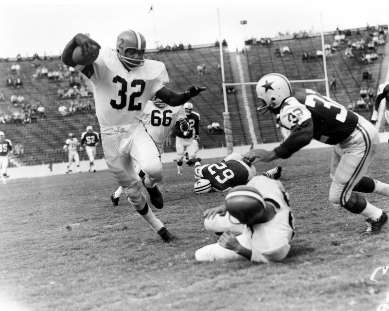 Jim Brown runs after a catch