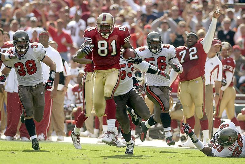 Terrell Owens outruns Shelton Quarles of the Tampa Bay Buccaneers