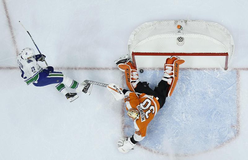 Vancouver Canuck Daniel Sedin scores goal against Philadelphia Flyers