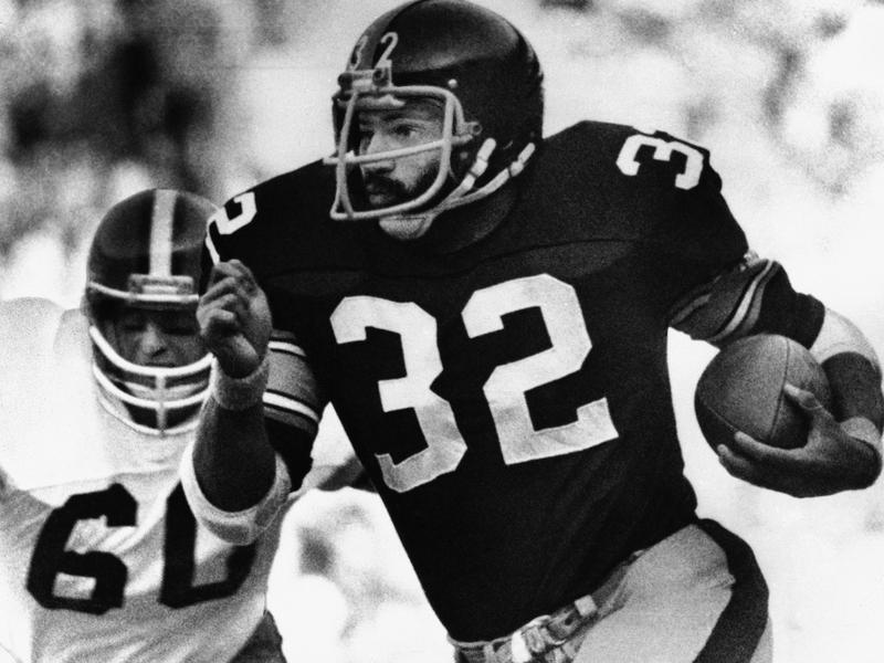 Pittsburgh Steelers running back Franco Harris runs by Cleveland Browns linebacker Bob Babich