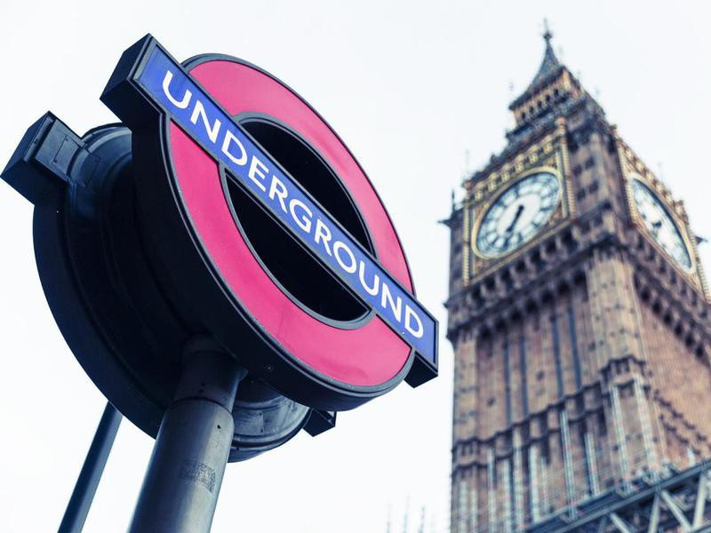 London underground sign with Big Ben in the backgroung