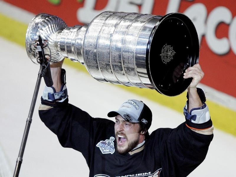 Teemu Selanne lifts the Stanley Cup