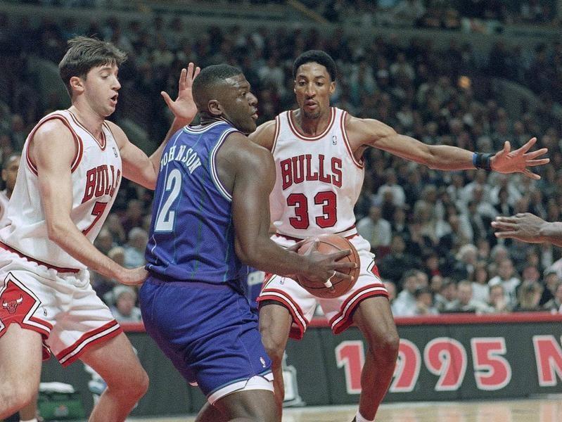 Scottie Pippen and Toni Kukoc Defend