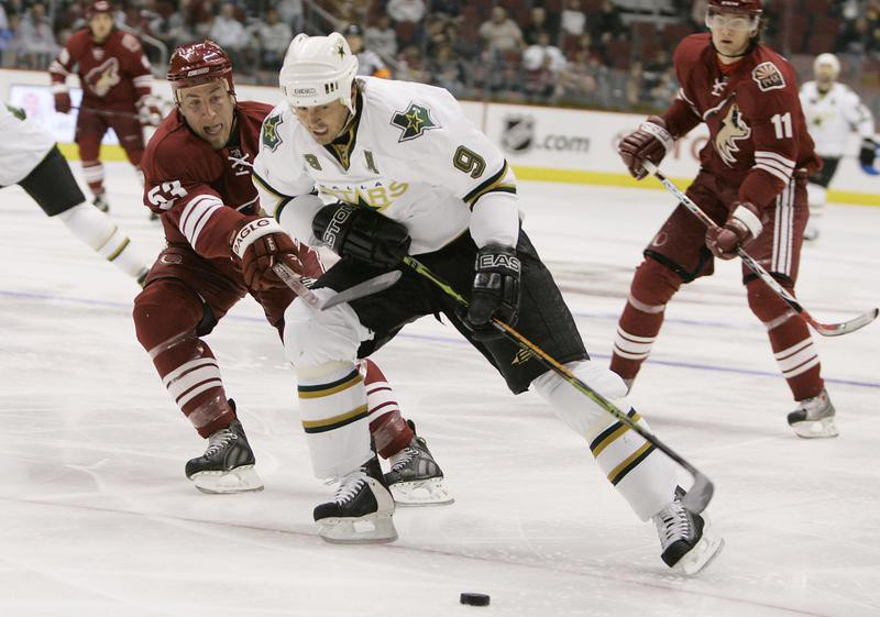 Mike Modano against the Phoenix Coyotes