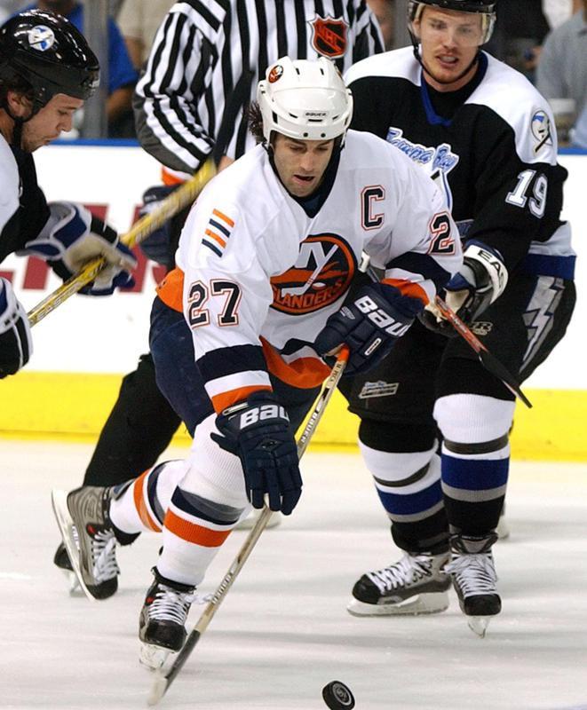 New York Islanders' Michael Peca splits between Tampa Bay Lightning defenders