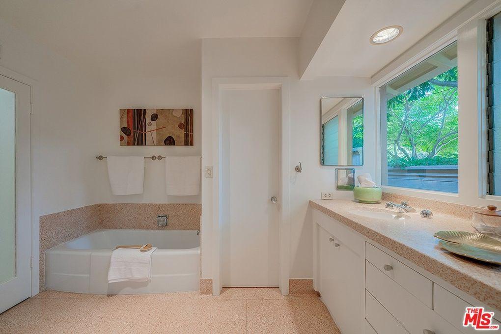 Real Golden Girls house bathroom