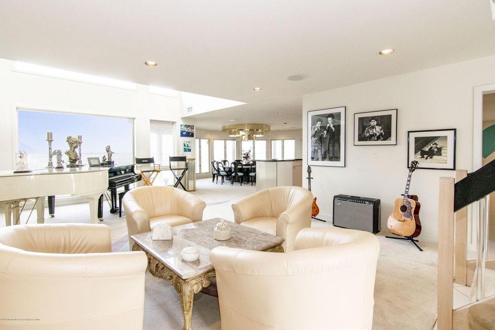 Joe Pesci's living room