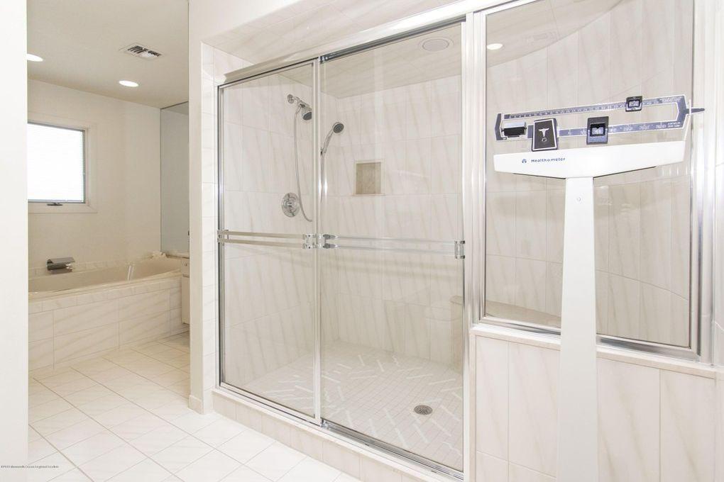 Joe Pesci's master bathroom