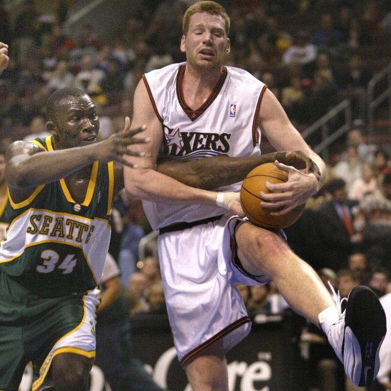 Todd MacCulloch battles with Reggie Evans