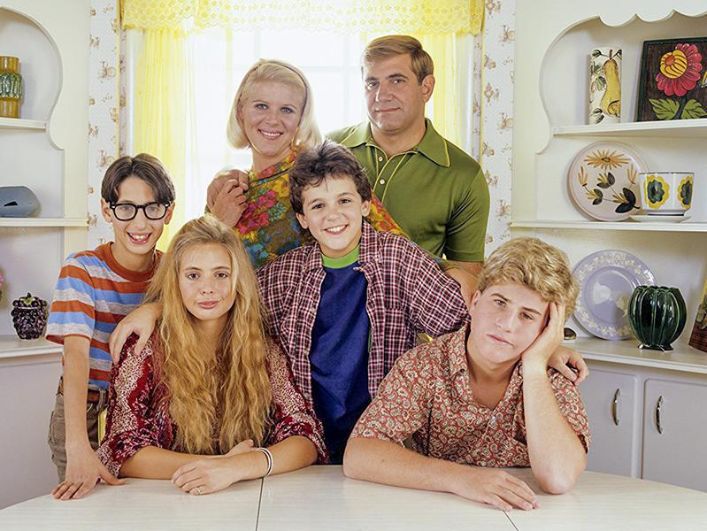 Fred Savage, Olivia d'Abo, Jason Hervey, Dan Lauria, Alley Mills, and Josh Saviano in The Wonder Years (1988)