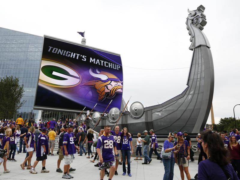 Vikings fans arrive