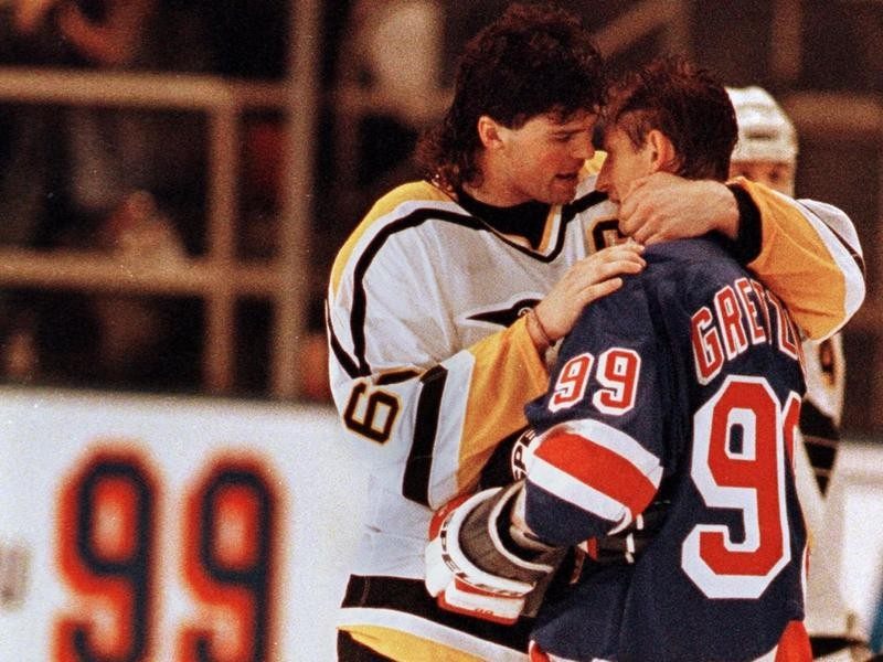 Jaromir Jagr interacts with Wayne Gretzky after his last game