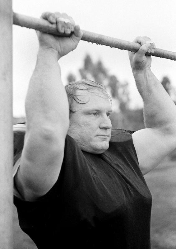 Mike Webster does chin-up