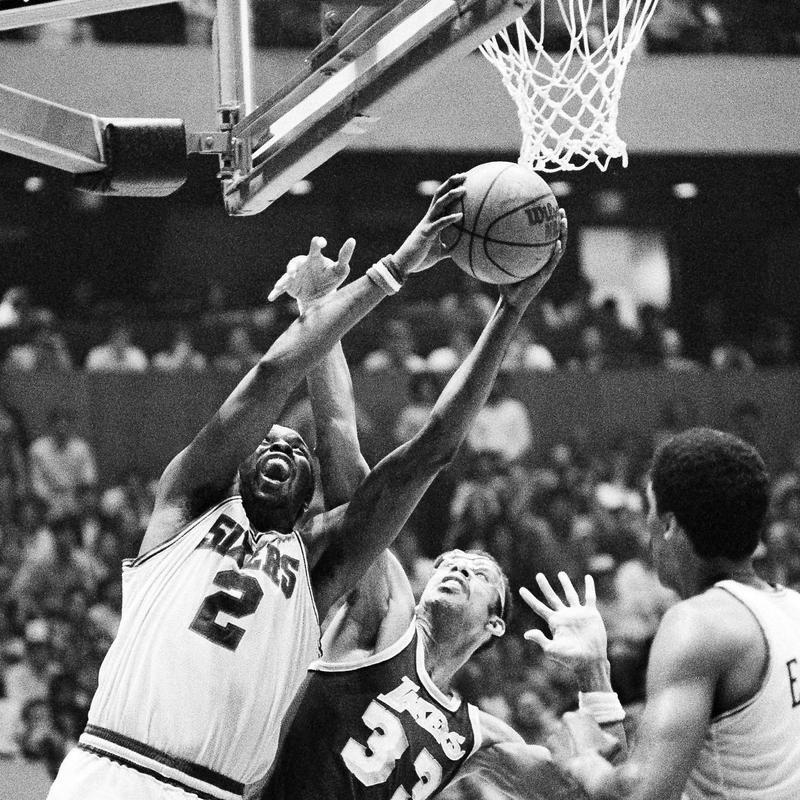 Moses Malone battles Kareem Abdul-Jabbar