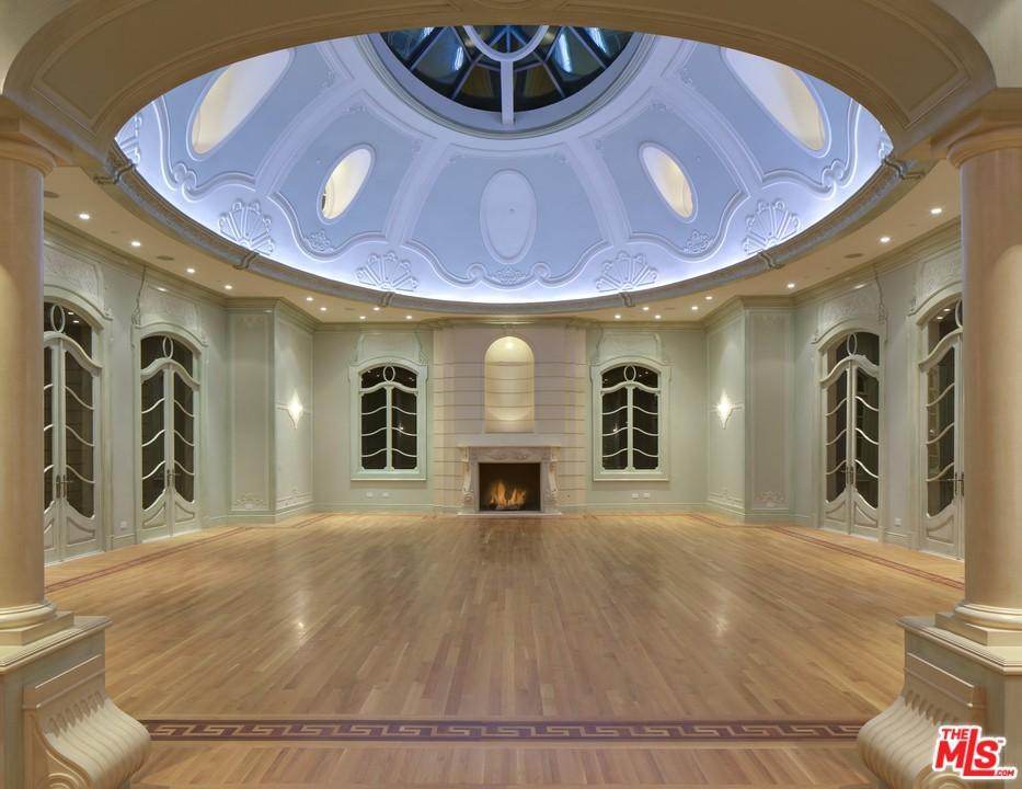 L:iving room with domed ceiling