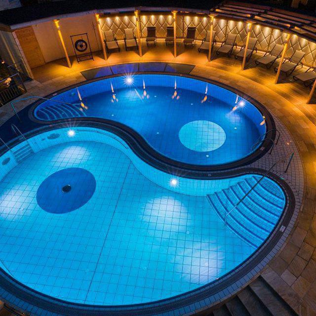 Yin yang pool in Reuters Supemehotel