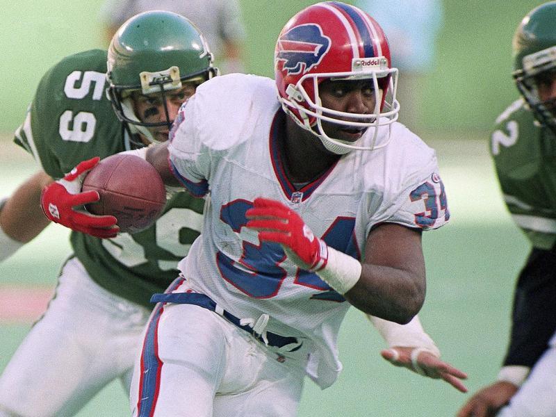Buffalo Bills' Thurman Thomas carries ball against New York Jets