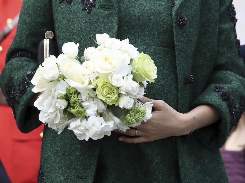 Markle holding flowers