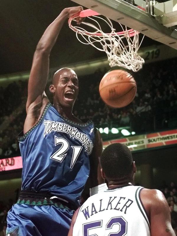 Minnesota Timberwolves' Kevin Garnett dunks