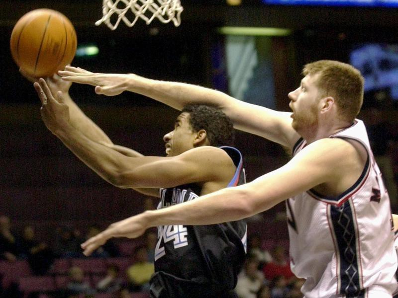 Todd MacCulloch defends against Andre Miller