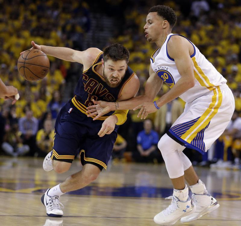 Matthew Dellavedova drives on Golden State Warriors guard Stephen Curry
