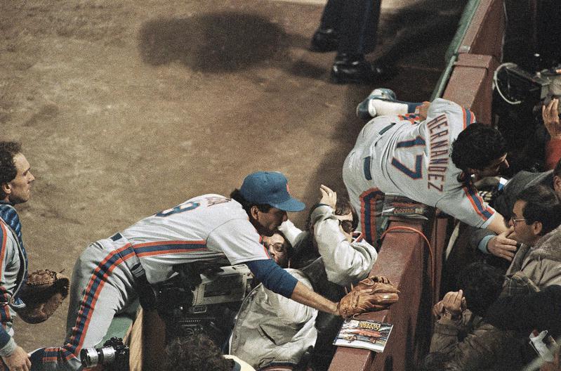 Keith Hernandez and Bob Ojeda lunge into stands