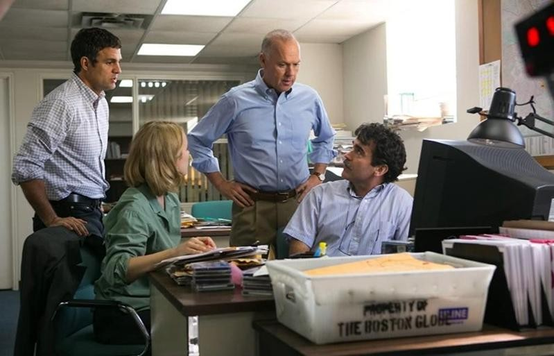 Michael Keaton, Brian d'Arcy James, Mark Ruffalo, Rachel McAdams conversing in Spotlight