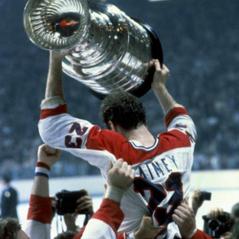 Bob Gainey holds up Stanley Cup