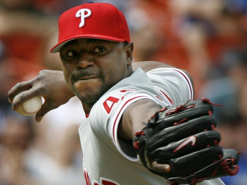 Philadelphia Phillies closer Tom Gordon throws to first
