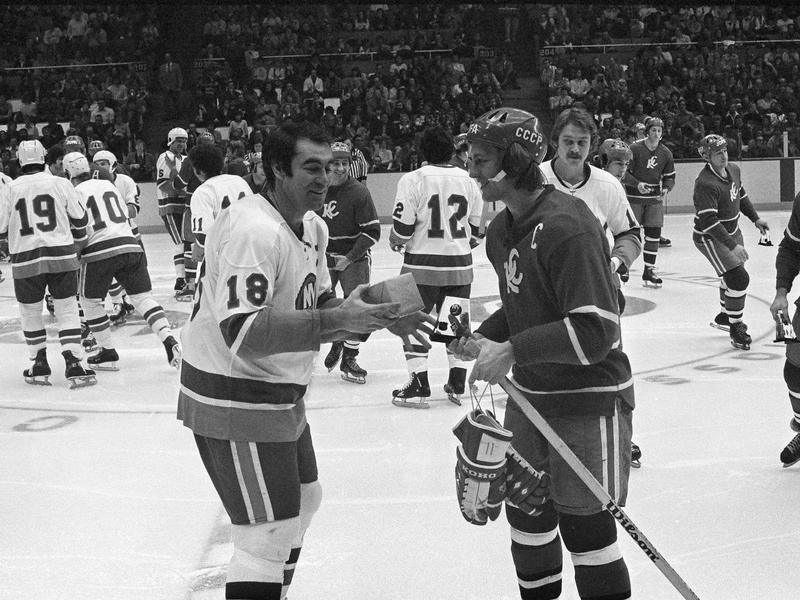 New York Islanders Ed Westfall and Soviet Wings' Sergei Bobinov exchange gifts