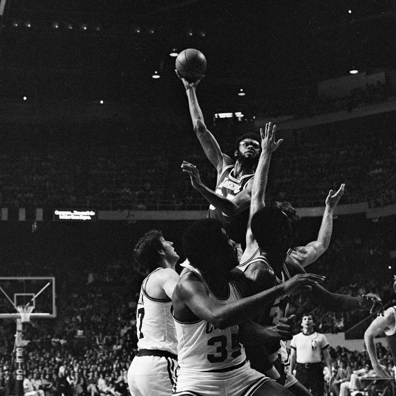 Kareem Abdul-Jabbar jumps over crowd to score
