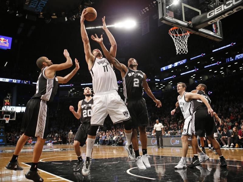 Tony Parker, Brook Lopez, Kawhi Leonard defend
