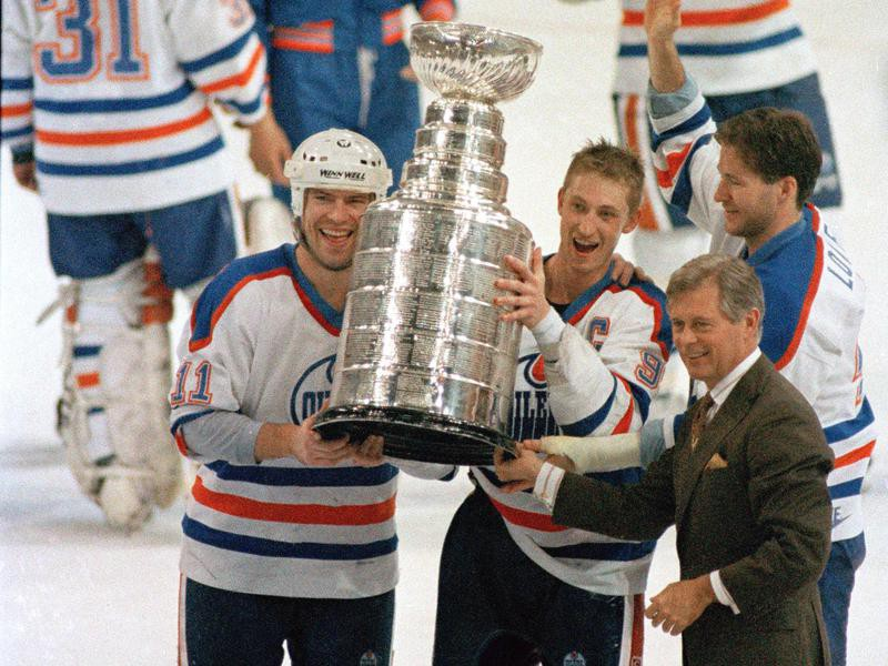 Wayne Gretzky and Mark Messier hold up the Stanley Cup trophy