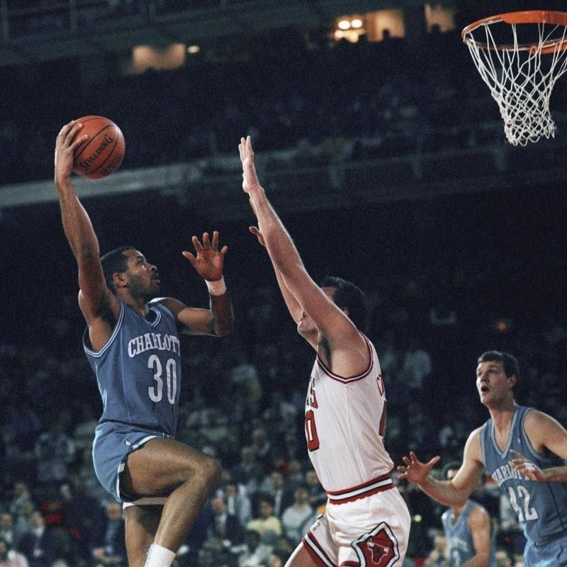Dell Curry goes up for shot against Chicago Bulls' Dave Corzine