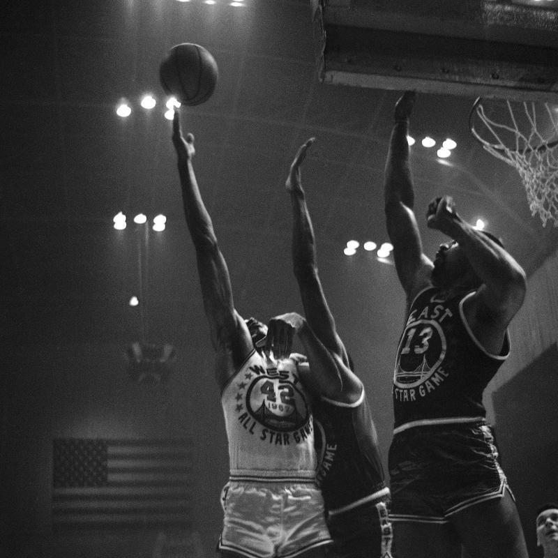 Nate Thurmond tips the ball towards the basket