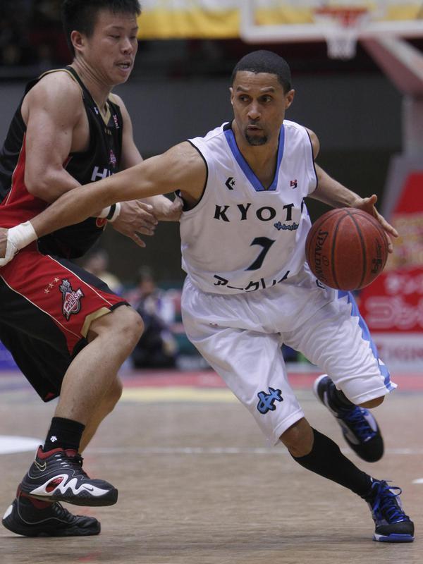 Mahmoud Abdul-Rauf drives against Osaka Evessa's Hirohisa Takada
