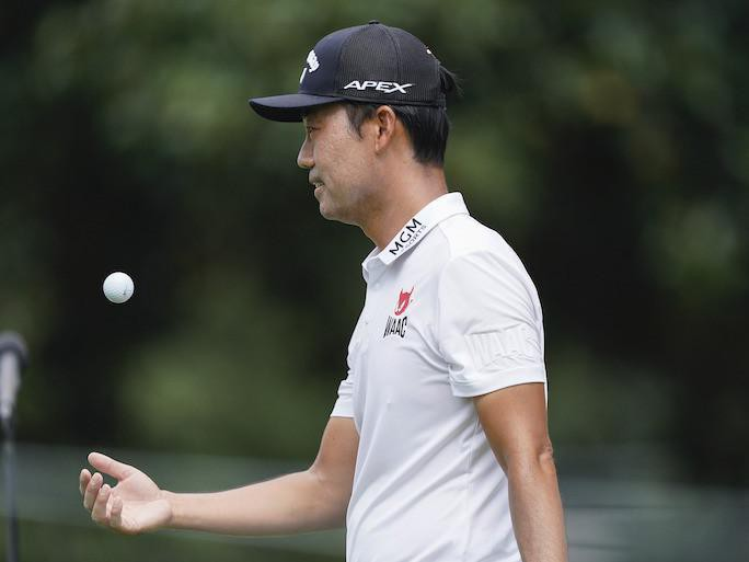 Kevin Na tosses golf ball