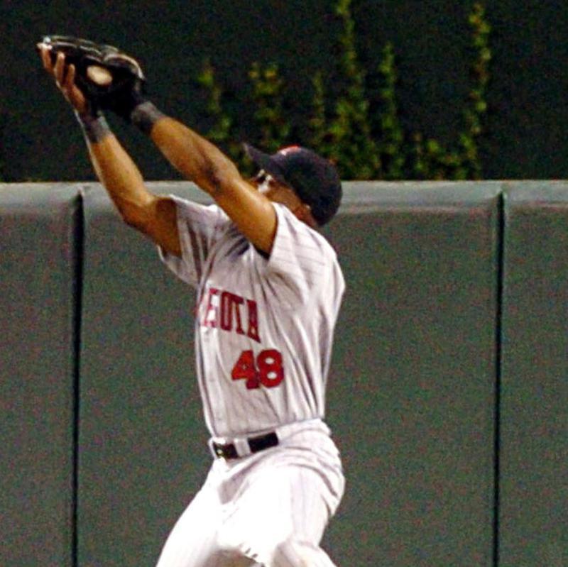 Minnesota Twins center fielder Torii Hunter makes leaping catch