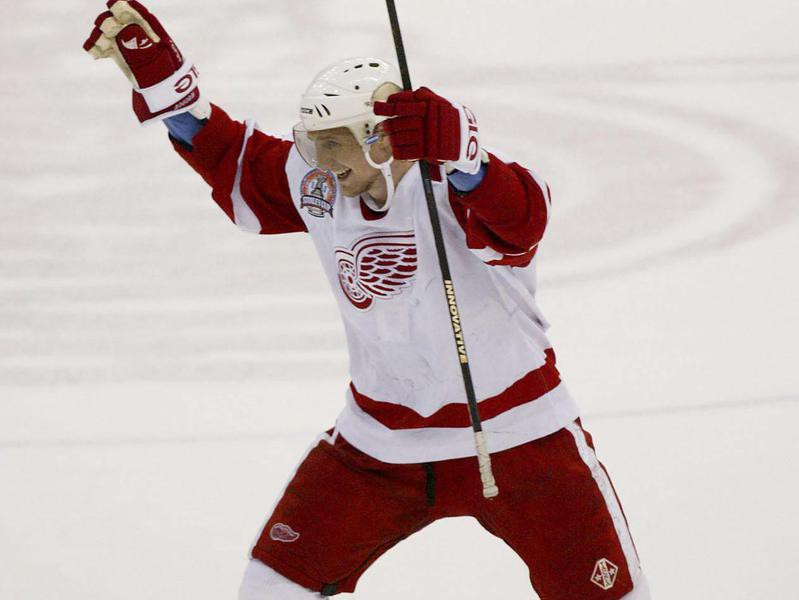 Sergei Fedorov celebrates teammate Nicklas Lidstrom's goal