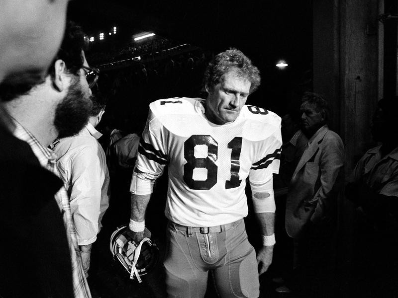 Jackie Smith walks off the field in Super Bowl XIII