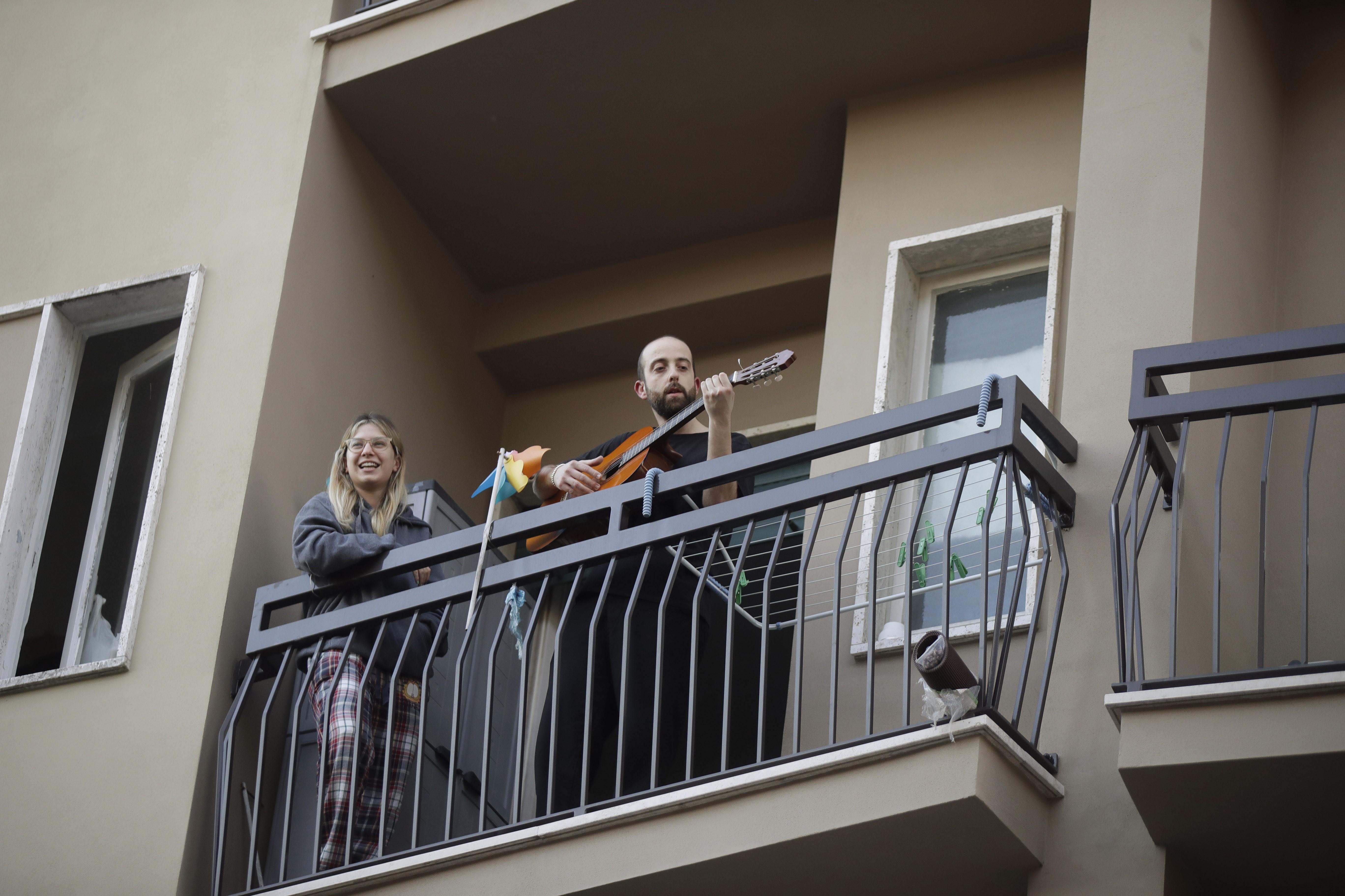 Italians singing during quarantine