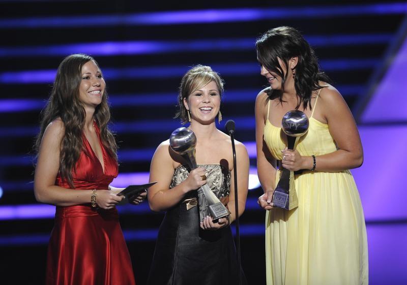 Liz Wallace, Mallory Holtman and Sara Tucholsky accept ESPY awards